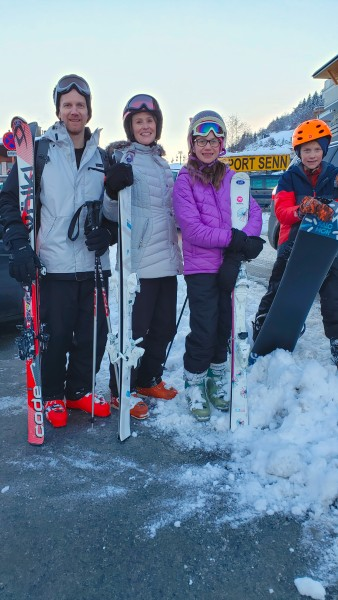 20191228_161204_Family_skiing